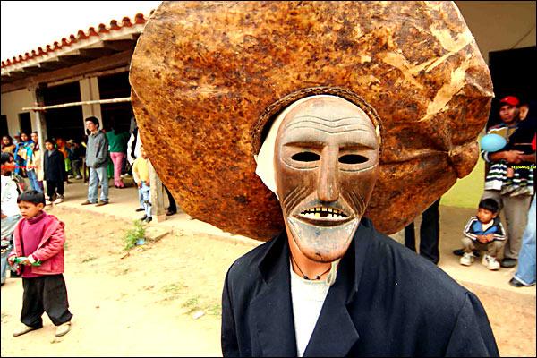Achu con mascara de madera yeso representa al hombre blanco concretamente al espanyol y son los bufones de la fiesta