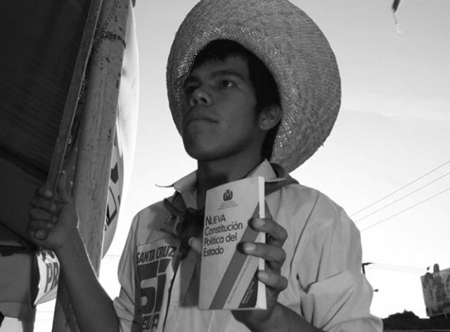 Boliviano sonteniendo la constitución